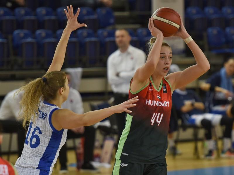 Hráčka Slovenska Alica Moravčíková a hráčka Maďarska Bernadett Hatarová