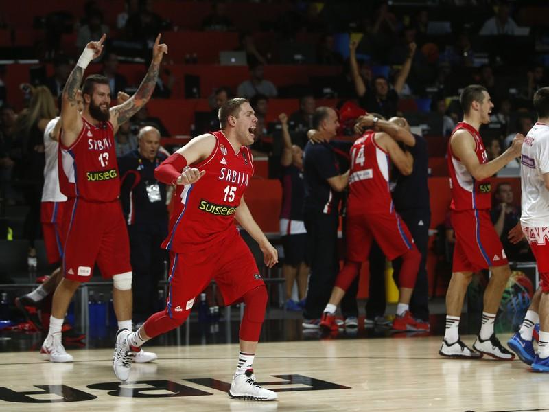 Srbskí hráči sa radujú z triumfu nad Francúzskom