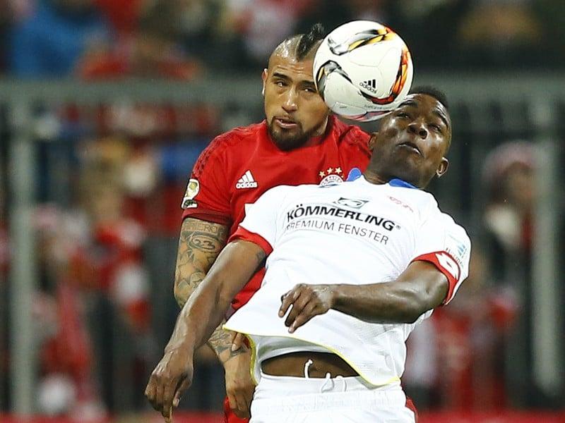 Arturo Vidal v súboji o loptu