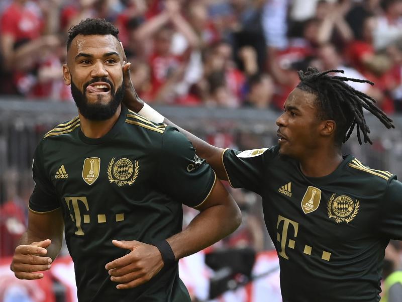 Eric Maxim Choupo-Moting a Omar Richards oslavujú gól Bayernu