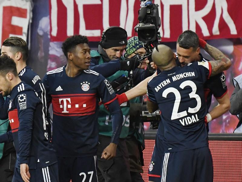 Hráči Bayernu sa objímajú po góle