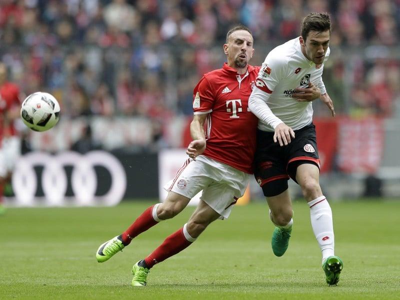 Franck Ribery (vľavo) z Bayernu Mníchov a Stefan Bell z Mainzu