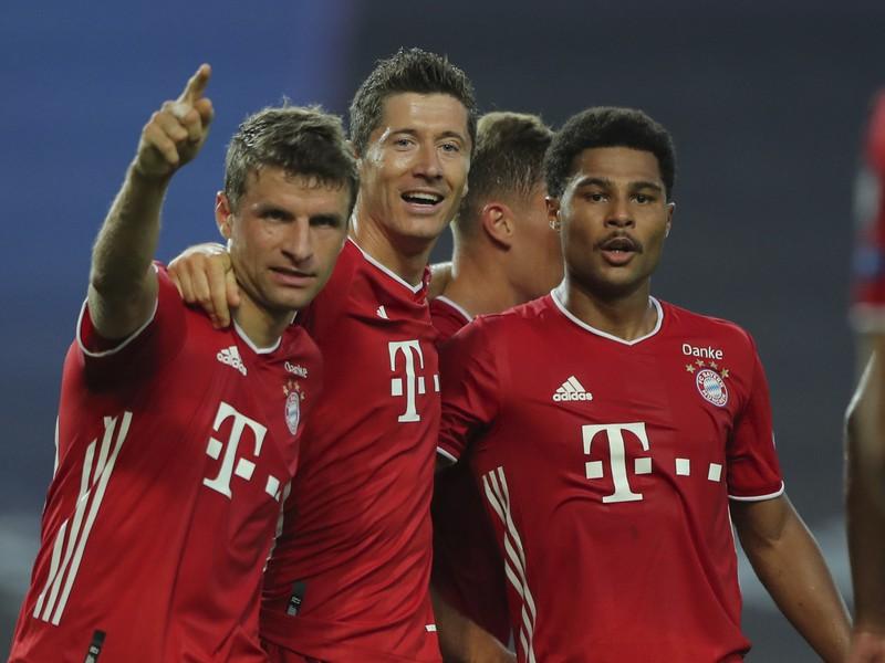 Serge Gnabry (vpravo) sa teší po strelení svojho druhého gólu