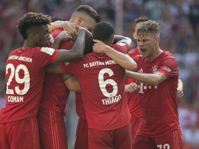 Futbalisti Mníchova sa tešia po strelení gólu