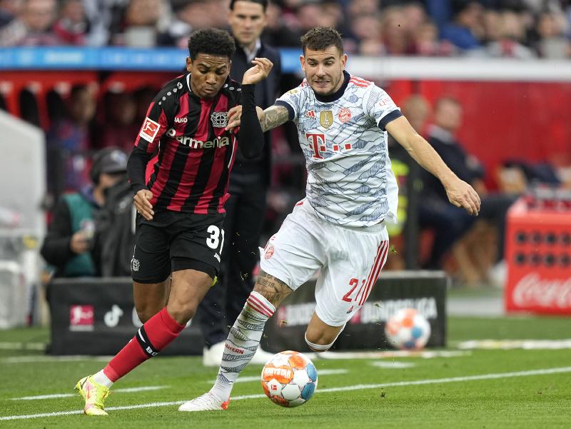 Amine Adli a Lucas Hernandez v súboji Leverkusenu s Bayernom