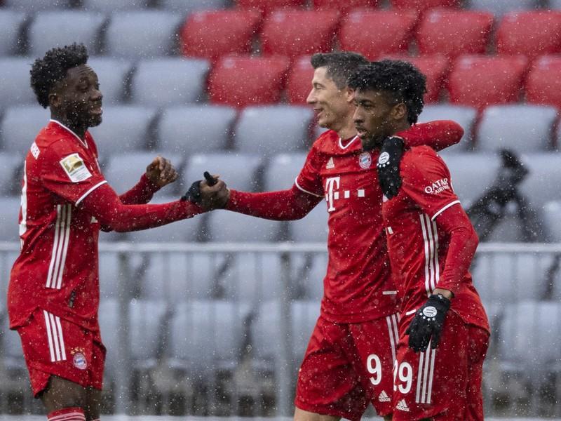 Alphonso Davies, Robert Lewandowski a Kingsley Coman oslavujú gól Bayernu