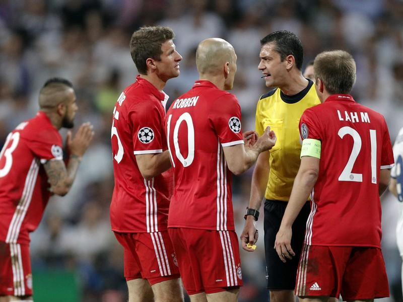 Viktor Kassai udelil Vidalovi červenú kartu