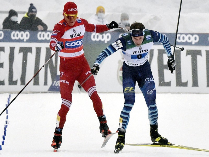 Alexander Bolšunov a Joni Mäki v záverečnom súboji