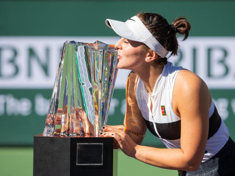 Bianca Vanessa Andreescová sa raduje z víťaznej trofeje
