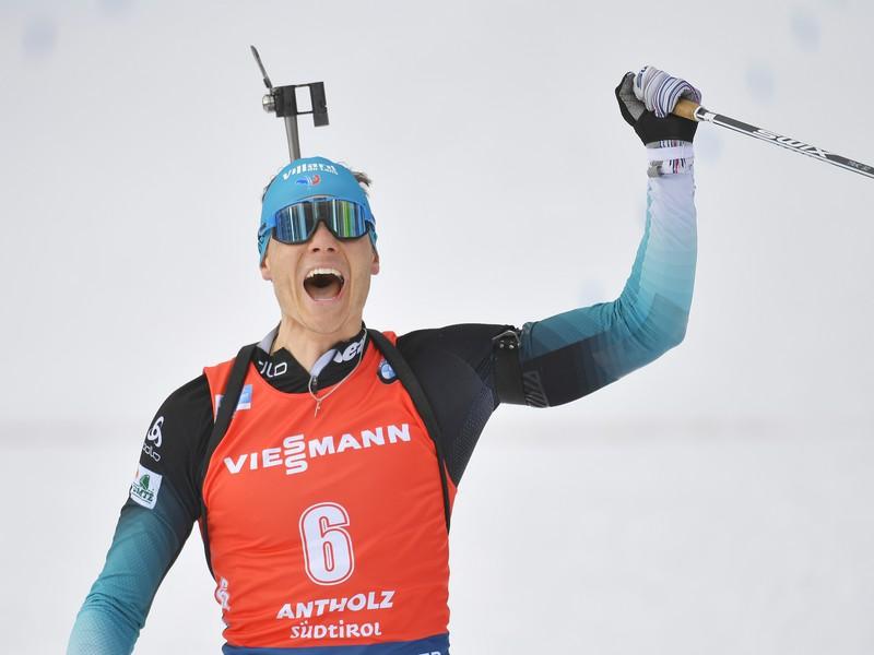 francúzsky biatlonista Emilien Jacquelin sa teší v cieli stíhačky mužov na 12,5 km počas Majstrovstiev sveta
