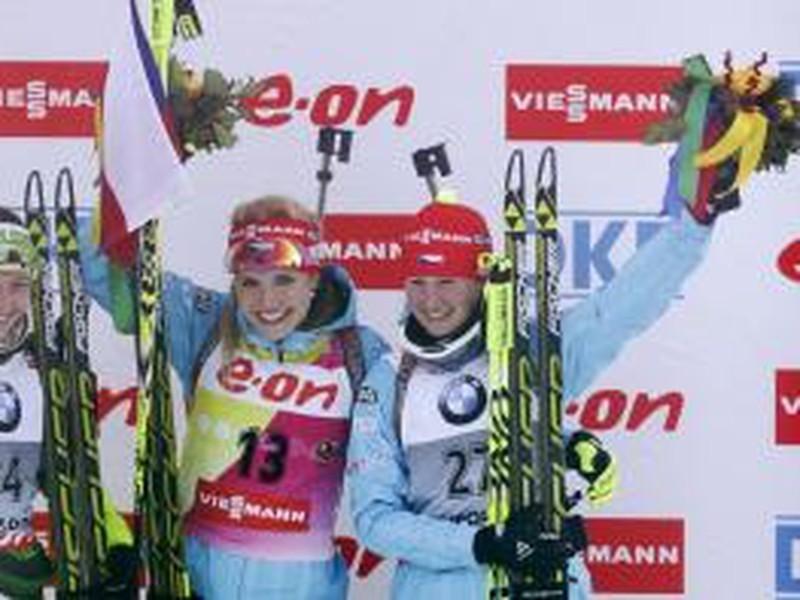Česká biatlonistka Gabriela Soukalová sa teší na stupni víťazov z triumfu