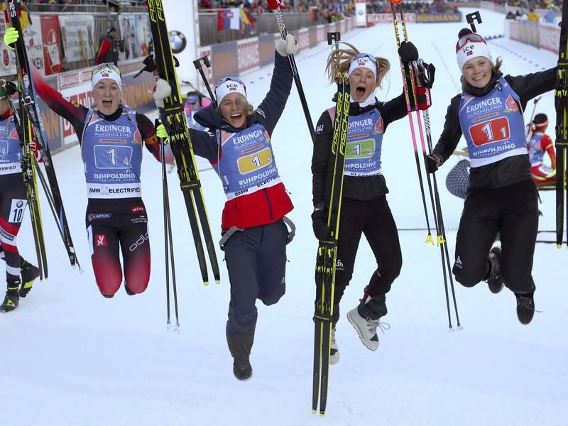 Marte Olsbuová Röiselandová, Tiril Eckhofová, Ingrid Landmark Tandrevoldová a Offigstad Karoline Knottenová sa radujú z triumfu