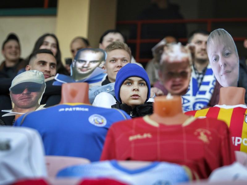 Bieloruskí fanúšikovia s figurínami na tribúne na zápase FC Dynamo Brest verzus FC Šachtar Šoligorsk