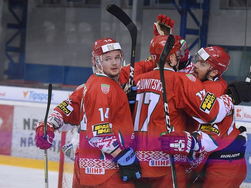 Na snímke sa hráči Bieloruska tešia z gólu