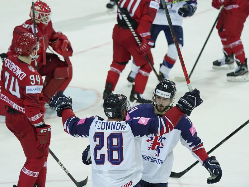 Hokejisti Veľkej Británie Ben O'connor (tretí zľava) a Liam Kirk sa tešia po strelení gólu