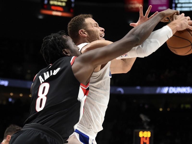 Hráč Los Angeles Clippers Blake Griffin (vpravo) v súboji s Al-Farouqom Aminuom z Portlandu Trail Blazers