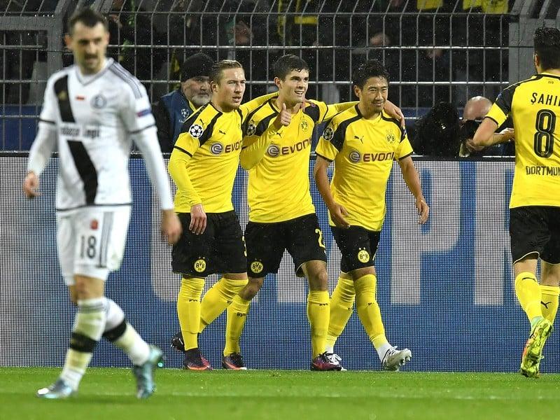 Šindži Kagawa oslavuje druhý gól Dortmundu