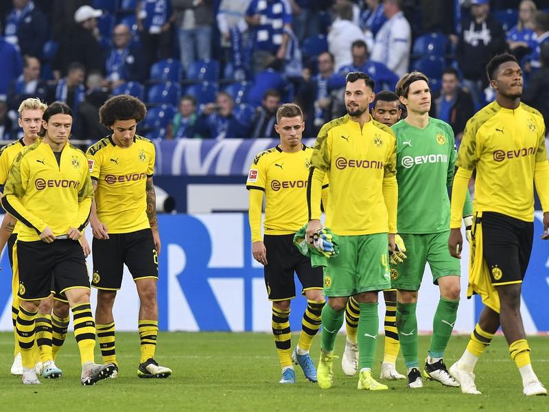 Hráči Dortmundu po remíze 0:0 proti Schalke