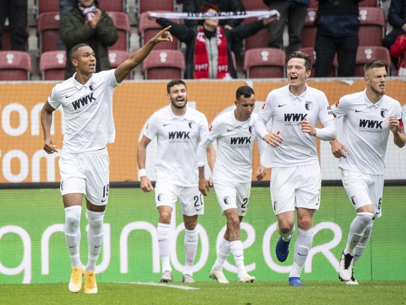 Hráči Augsburgu oslavujú gól v zápase s Borussiou Dortmund