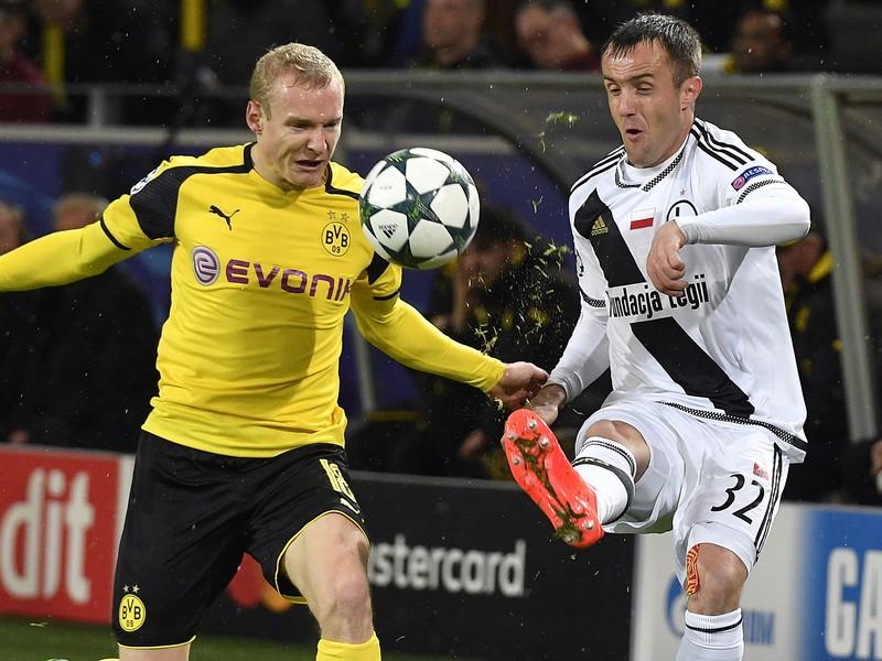 Hráč Borussie Sebastian Rode a vpravo hráč Legie Miroslav Radovič v súboji o loptu