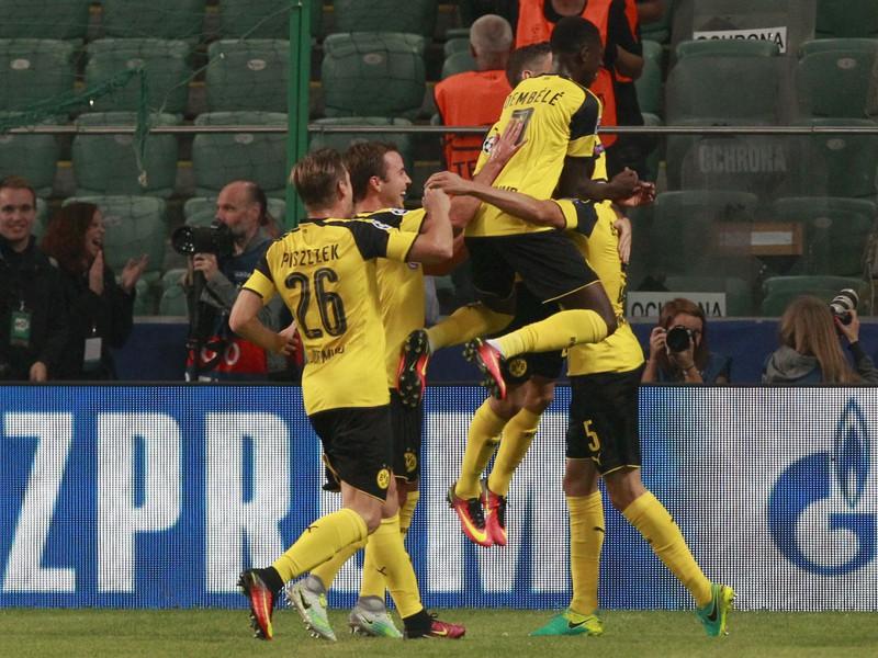 Hráči Dortmundu oslavujú gól proti Legii