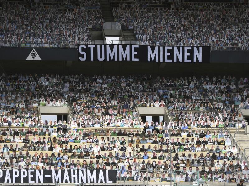 Na snímke fotografie fanúšikov na sedadlách prázdneho štadióna v Mönchengladbachu kvôli pandémii koronavírusu