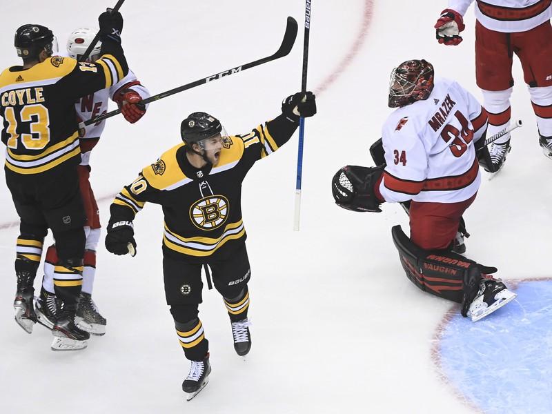 Hokejisti Bostonu a ich radosť po góle