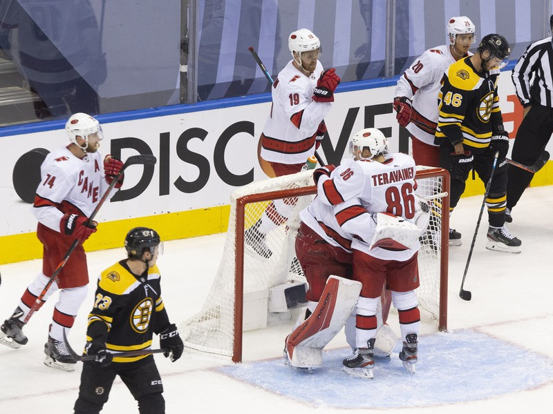 Momentka zo zápasu Hurricanes s Bruins