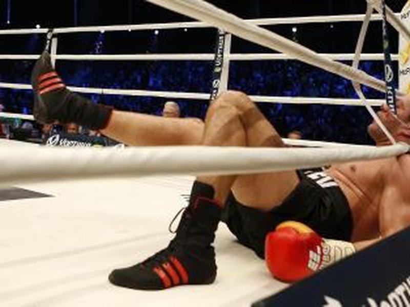 Bulharský boxer Kubrat Pulev leží medzi povrazmi