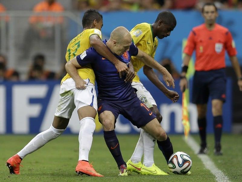 Arjen Robben, Luiz Gustavo a Ramires v súboji o loptu