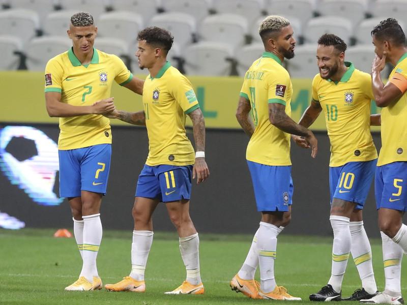 Hráči Brazílie oslavujú gól