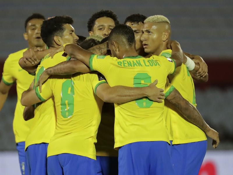 Radosť hráčov Brazílie po góle do siete Uruguaja