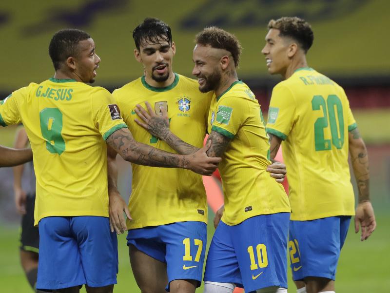 Neymar oslavuje gól so spoluhráčmi