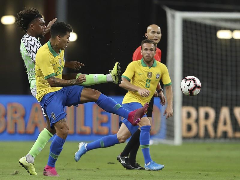Roberto Firmino a Alex Iwobi v tvrdom súboji o loptu