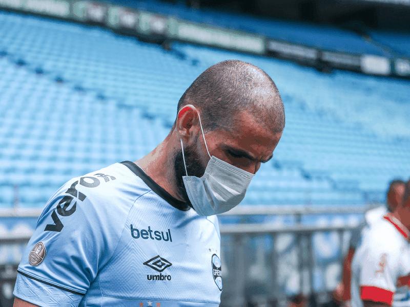 Futbalisti Grémia nastúpili v rúškach