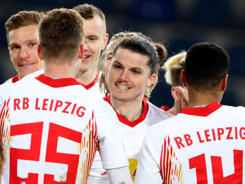 Futbalista Lipska Marcel Sabitzer (uprostred) sa teší so spoluhráčmi po strelení gólu