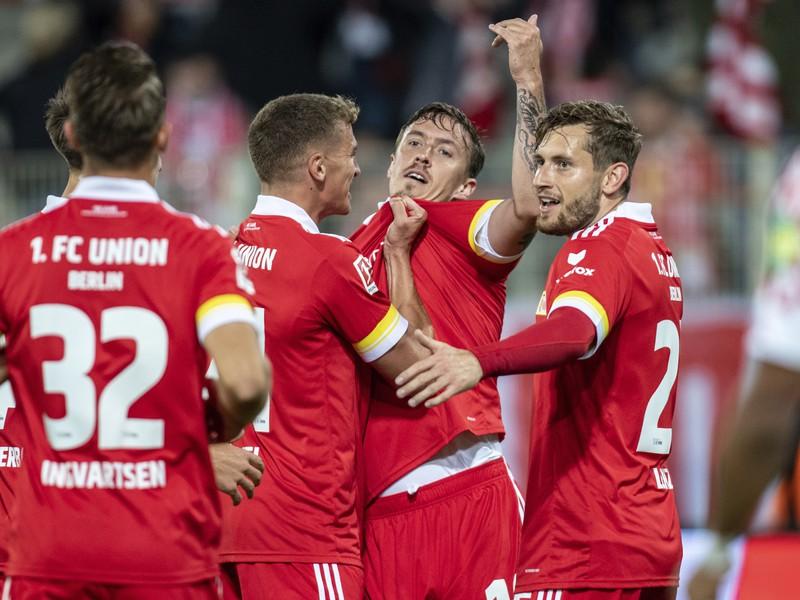 Max Kruse (druhý sprava) sa teší so spoluhráčmi po strelení gólu