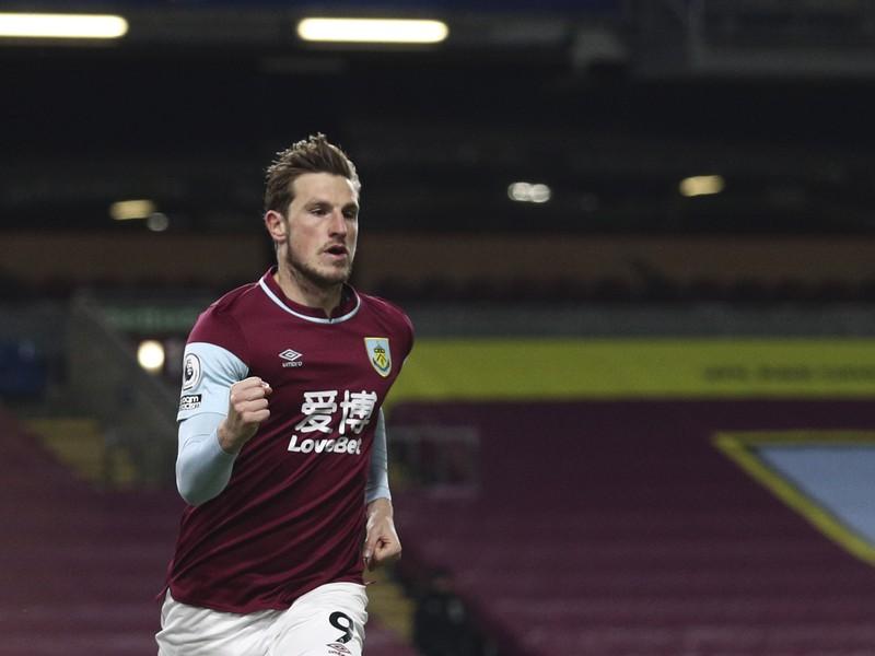 Hráč Burnley Chris Wood oslavuje  úvodný gól