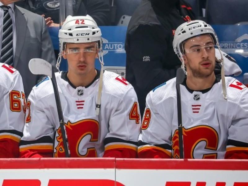 Adam Ružička (vľavo) na striedačke Calgary Flames