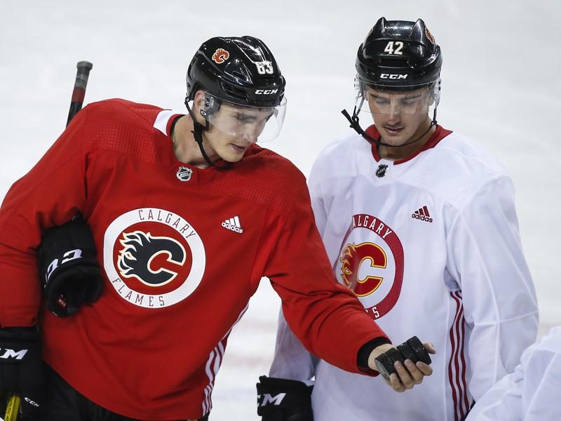 Slovenský hokejista Adam Ružička (vľavo) v drese Calgary Flames