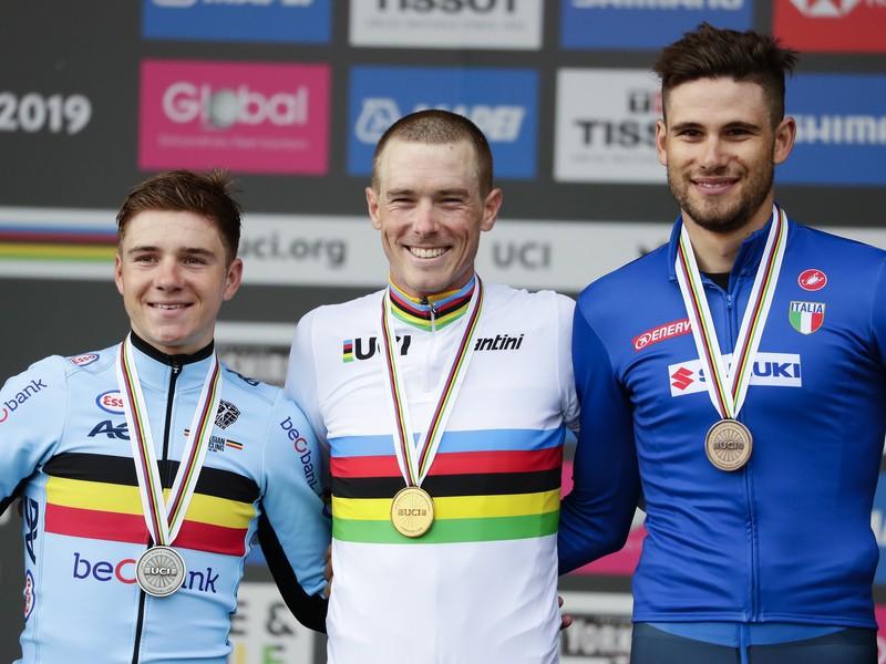 Rohan Dennis, Remco Evenepoel a Filippo Ganna na stupni víťazov