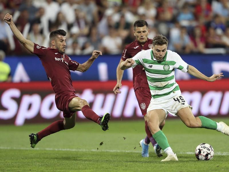 Hráč Celticu James Forrest (vpravo) strieľa úvodný gól do bránky Klužu v zápase 3. predkola Ligy majstrov CFR Kluž - Celtic Glasgow