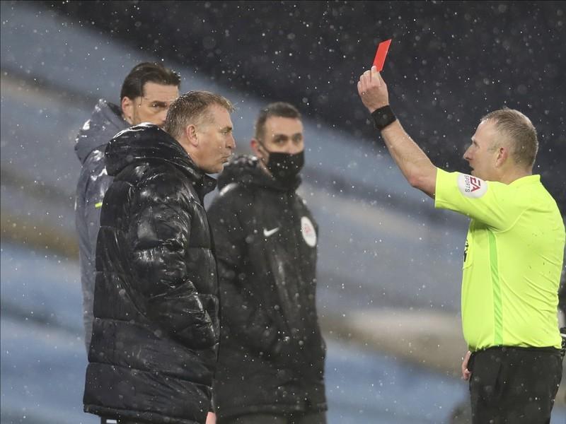 Tréner Aston Villy Dean Smith dostáva červenú kartu počas dohrávky 1. kola Premier League Manchester City - Aston Villa
