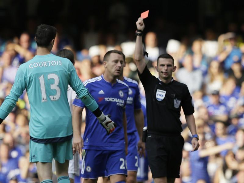 Thibaut Courtois inkasuje od hlavného rozhodcu Olivera červenú kartu