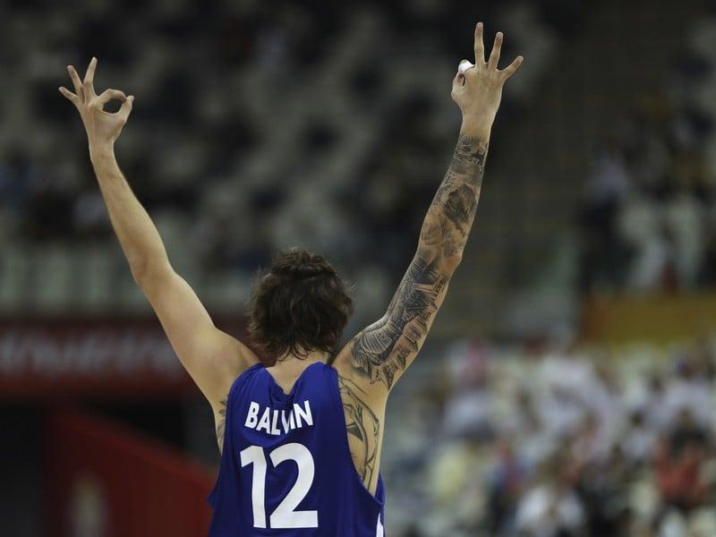 Ondřej Balvín oslavuje trojku spoluhráča proti Japonsku