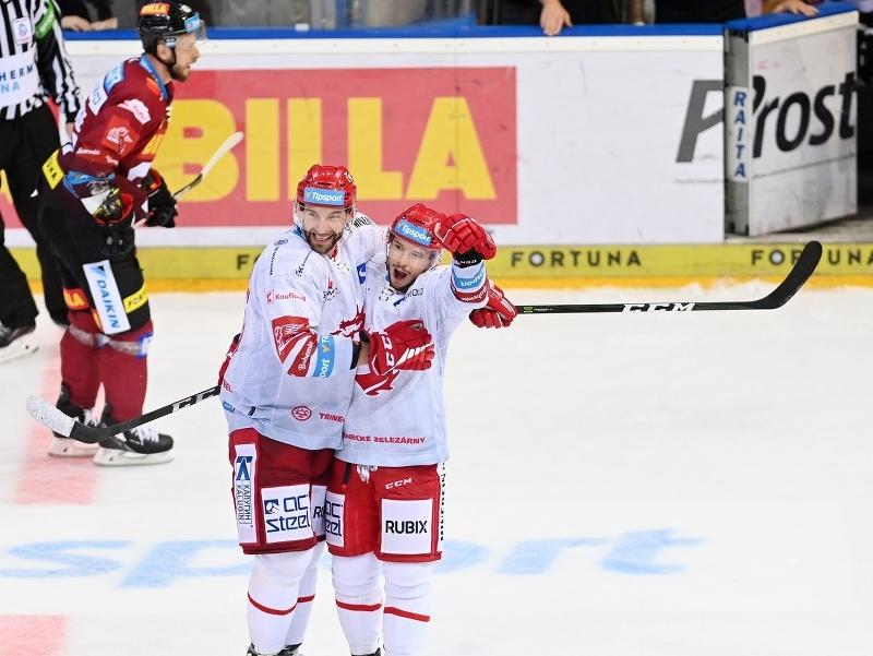 Patrik Hrehorčák a Tomáš Marcinko oslavujú gól Třinca