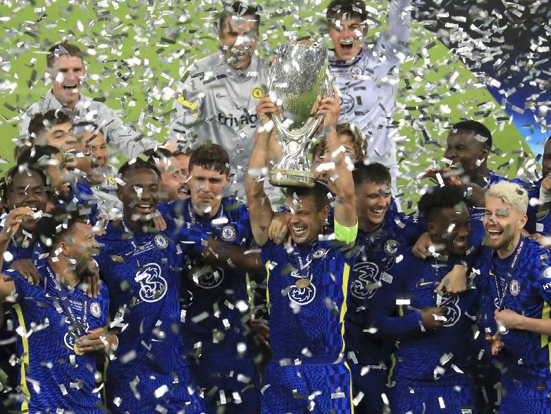 Futbalisti Chelsea Londýn pózujú s trofejou po zisku európskeho Superpohára UEFA