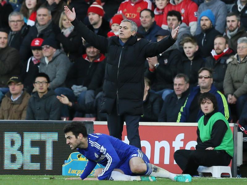 Rozčúlený José Mourinho rozhadzuje rukami po páde Fábregasa