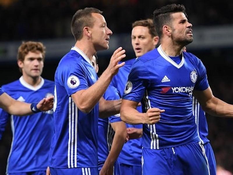 Hráči Chelsea sa radujú zo streleného gólu