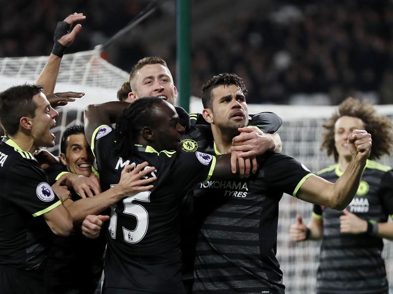 Diego Costa so spoluhráčmi oslavuje gól Chelsea
